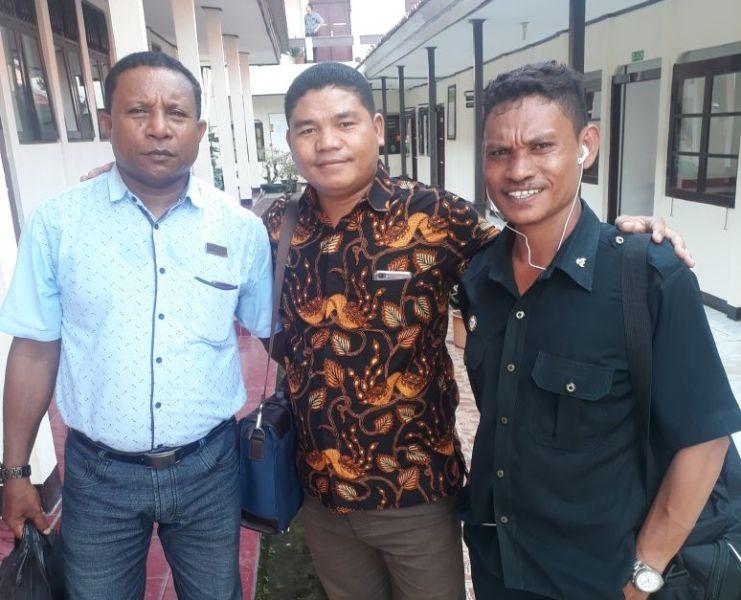 Benediktus Jombang (tengah) Kuasa hukum Yunus Garpennasy bersama dua rekan pengaca Gusti Jehamin dan Mayor