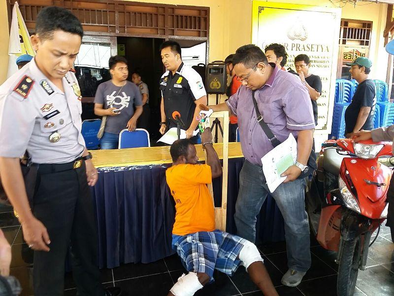 Yosias Makiay (baju kuning) saat mengikuti Pres Reales yang digelar Polres Sorong Kota