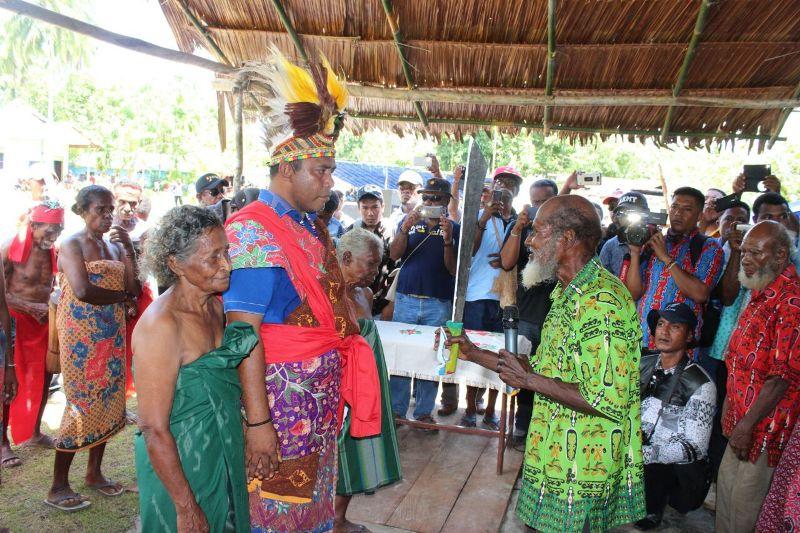 Prosesi pengukuhan Bupati Raja Ampat AFU, menjadi anak adat suku Ambel dan suku Laganyan