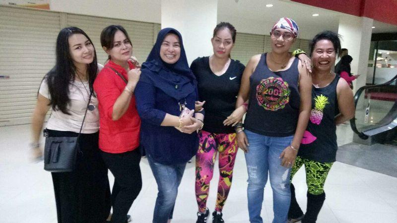 Nurhaya Umar (jilbab) bersama Tim Zumba