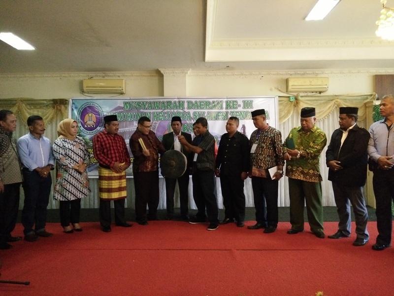 Kepala Dinas Kependudukan dan Catatan Sipil Kota Sorong, Abu Bakar Alhamid didampingi para Tokoh KKST saat membuka Kegiatan MUSDA III KKST Kota Sorong