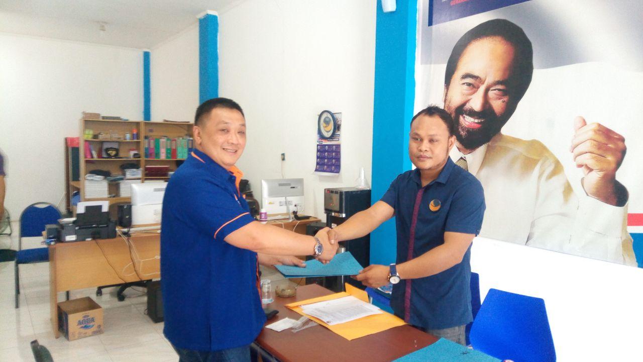 Rico Sia saat mengembalikan Formulir pendaftaran Bakal Calon Legislatif di Sekretariat DPW Partai Nasdem Papua Barat