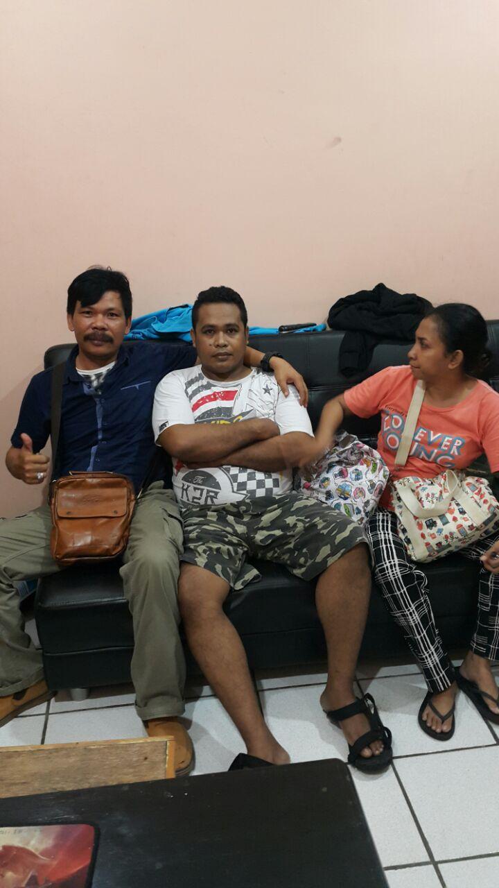 Tersangka Korupsi Dana Fiktif Pembangunan Gereja Alfa Omega Kota Sorong, MA didampingi Istrinya saat ditangkap Kanit Tipikor Ditreskrimsus Polda Papua Barat, Selasa (27/02/2018)