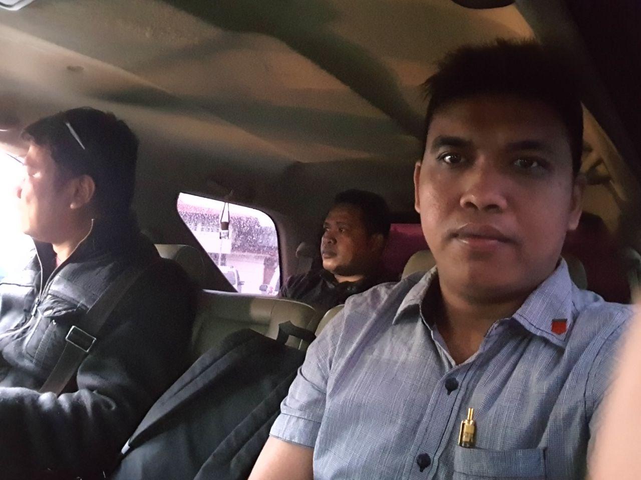 Tersangka MA (belakang) Dijemput Tim Opsnal Tipikor Ditreskrimsus Polda Papua Barat di Bandara Rendani Manokwari, Rabu (28/02/2018)