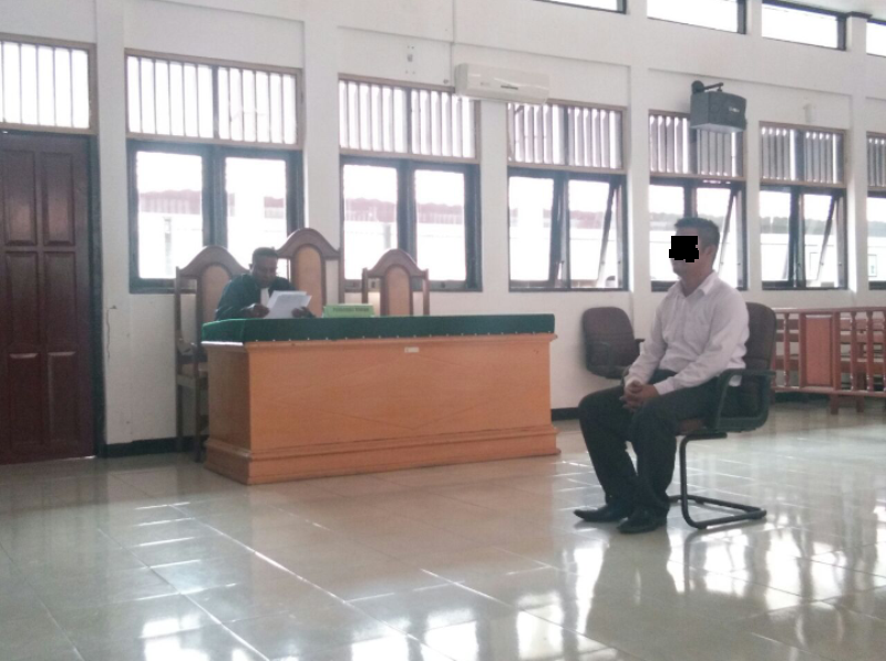AA saat mendengar tuntutan JPU di Pengadilan Negeri kelas Ib Sorong