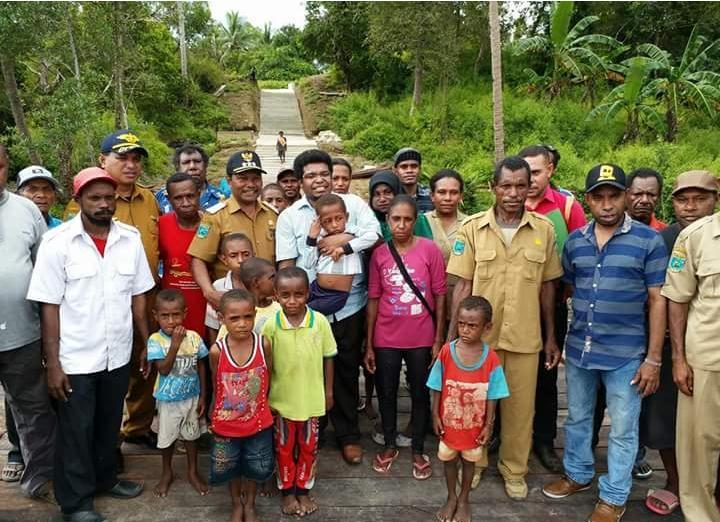Anggota DPD-RI, Mervin Irian Sadipun Komber pose bersama masyarakat Distrik Kaitaro, Kabupaten Teluk Bintuni saat melakukan kunjungan kerja baru-baru ini