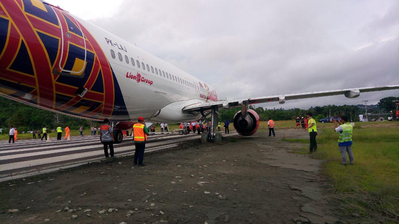 Ban sebelah Kanan pesawat Batik Air terperosok keluar runway rendani manokwari, Selasa (13/3/2018)