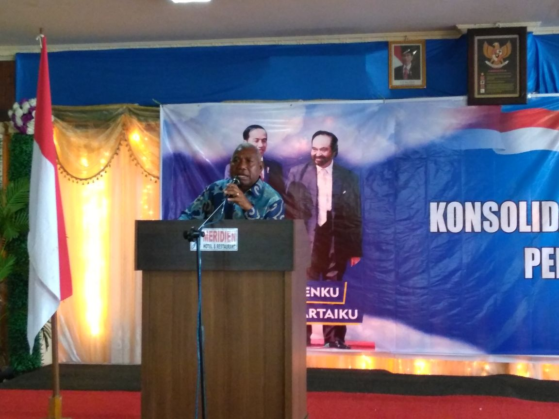 Drs Dominggus Mandacan saat memberikan sambutan pada acara Konsolidasi Pemenangan Partai NasDem di aula JE-Meridien, Kota Sorong, Jum'at (2/3/2018)