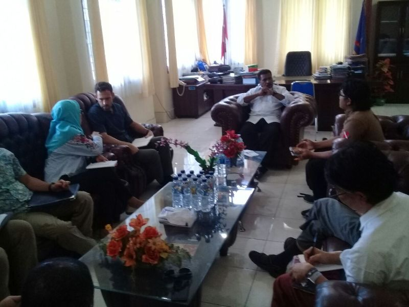 Tim USAID Indonesia berdiskusi di ruang kerja Wakil Bupati Sorsel, Drs. Martinus Salamuk