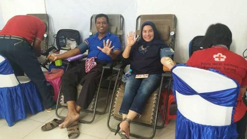 Nurhaya Umar, Ketua Garnita Malahayati Nasdem PB dan Sekretaris DPD Nasdem Kota Sorong, Dani Watimena saat mendonor darah di Sekretariat Nasdem Kota Sorong.