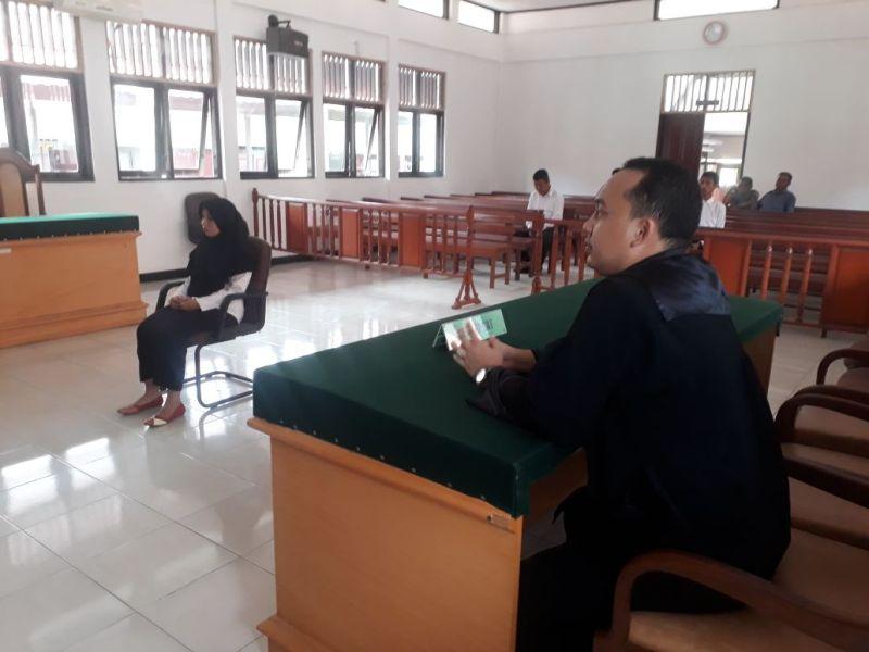 Fahriani saat mendengar bacaan vonis hakim terhadapnya di Pengadilan Negeri Sorong