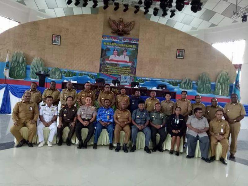 Para Kepala Daerah Berpose bersama usai pembukaan Raker Kepala Daerah di Waisai