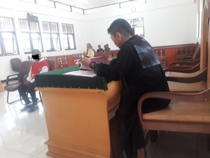 HJW (18) terdiam saat mendengar tuntutan Jaksa Penuntut Umum (JPU) Imaran Misbach.