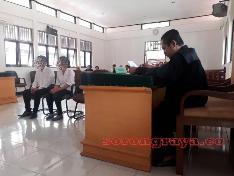 Terdakwa SL dan YFW menjalani sidang di Pengadilan Negeri Sorong