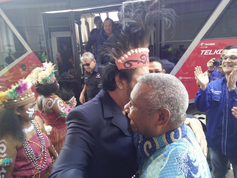 Dominggus Mandacan saat menyambut kedatangan Surya Paloh di Kota Sorong