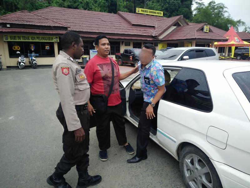 Oknum Guru SUPM inisial R saat digiring ke Polres Sorong Kota