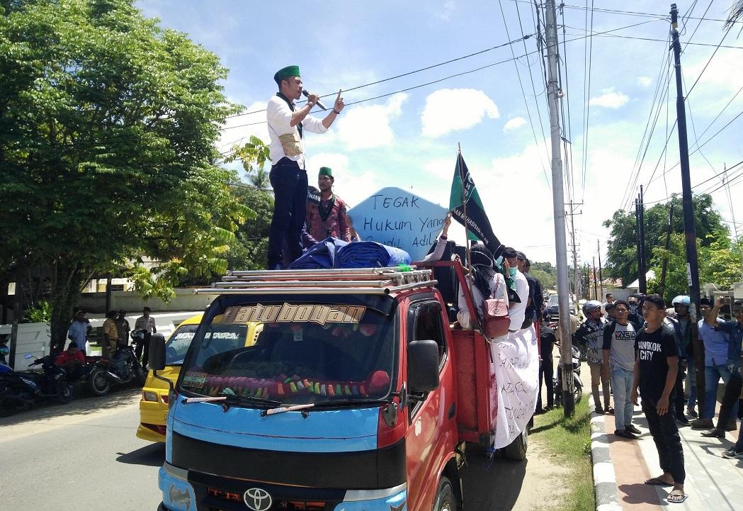 Aksi Demo yang digelar oleh HMI di depan kantor Kejaksaan negeri sorong