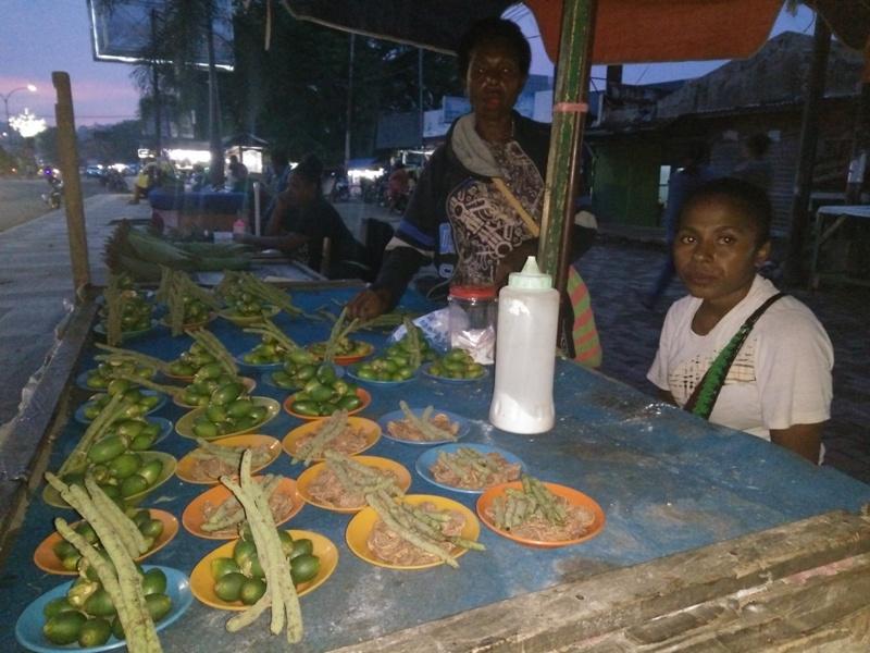 Yolandan dan Novita, penjual pinang 'ojek' di Kota Sorong