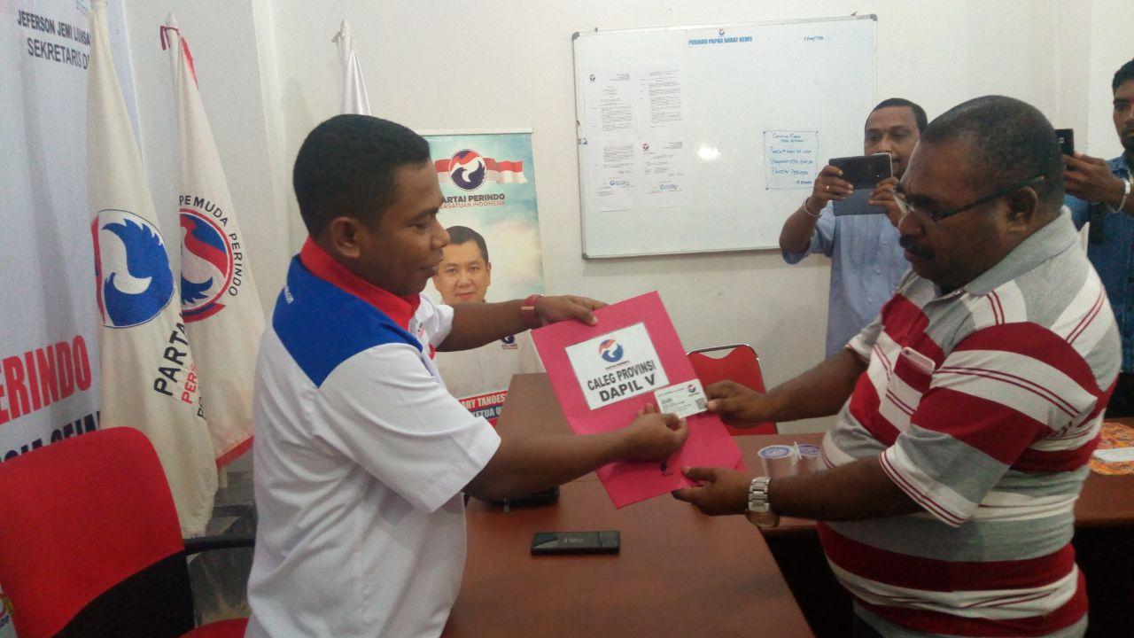 Ketua DPW Partai Perindo Papua Barat, Marinus Bonepay menerima pendaftaran Mantan Ketua DPRD Kabupaten Teluk Bintuni, Daniel Osmorom sebagai Caleg Perindo untuk Dapil PB 5, Senin (12/3/'2018)