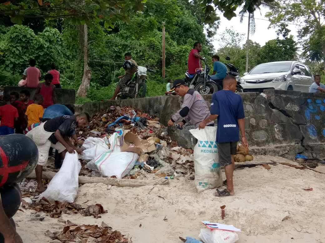 Masyarakat Manokwari bersama UKM Pramuka Unipa memungut sampah di Pantai Pasir Putih Manokwari, Minggu (11/3/2018)