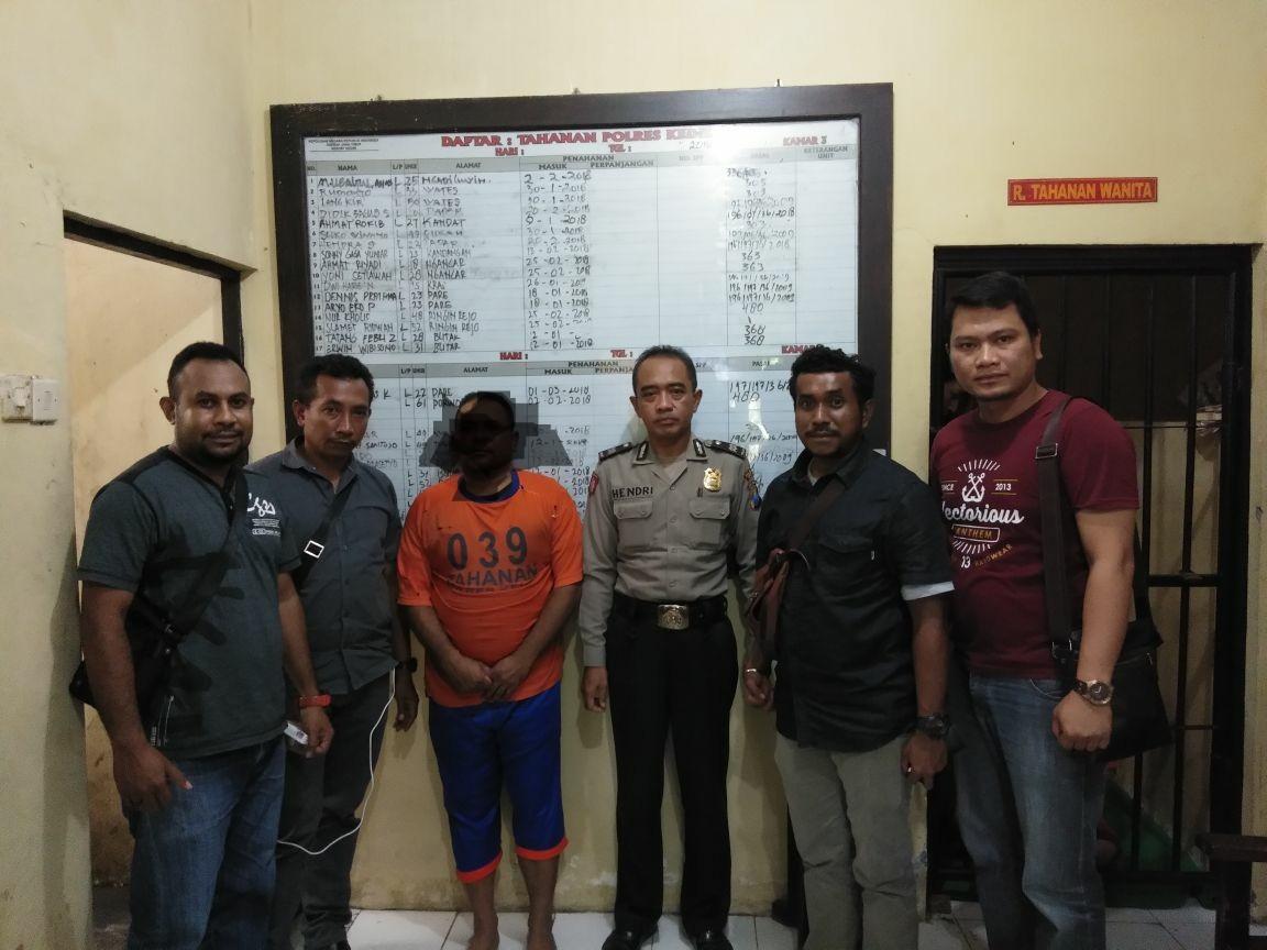 Tim Opsnal Ditreskrimsus Polda Papua Barat mengamankan Tersangka LJS di Polres Kediri