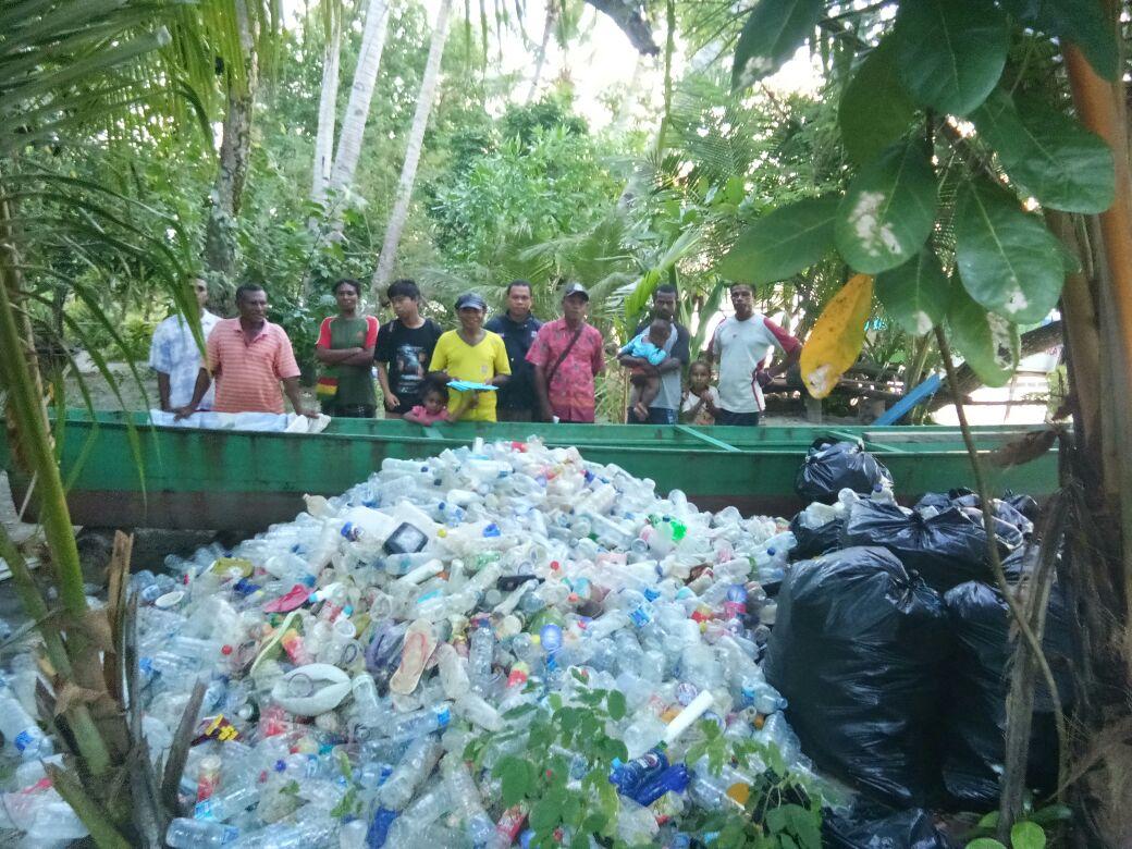 UKM Pramuka Unipa bersama Pemulung Keren melakukan penimbangan limbah plastik di Pulau Lemon, Manokwari, Sabtu (24/03/2018)