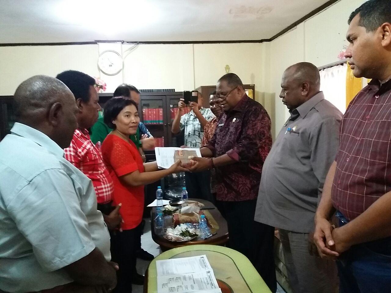 Bupati Sorong Selatan, Syamsudin Anggiluli, SE menyerahkan uang kepada kuasa hukum Marga Anni, Dina Lalar Butarbutar di ruang Ketua Pengadilan Negeri kelas Ib Sorong
