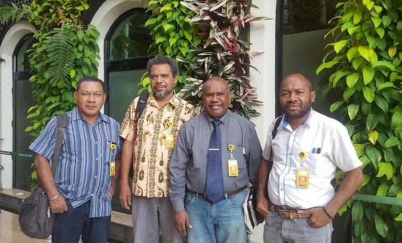 Para aktivis pembela HAM di Papua. Yan Cristian Warinussy, SH (kemeja berdasi) bersama rekan-rekannya