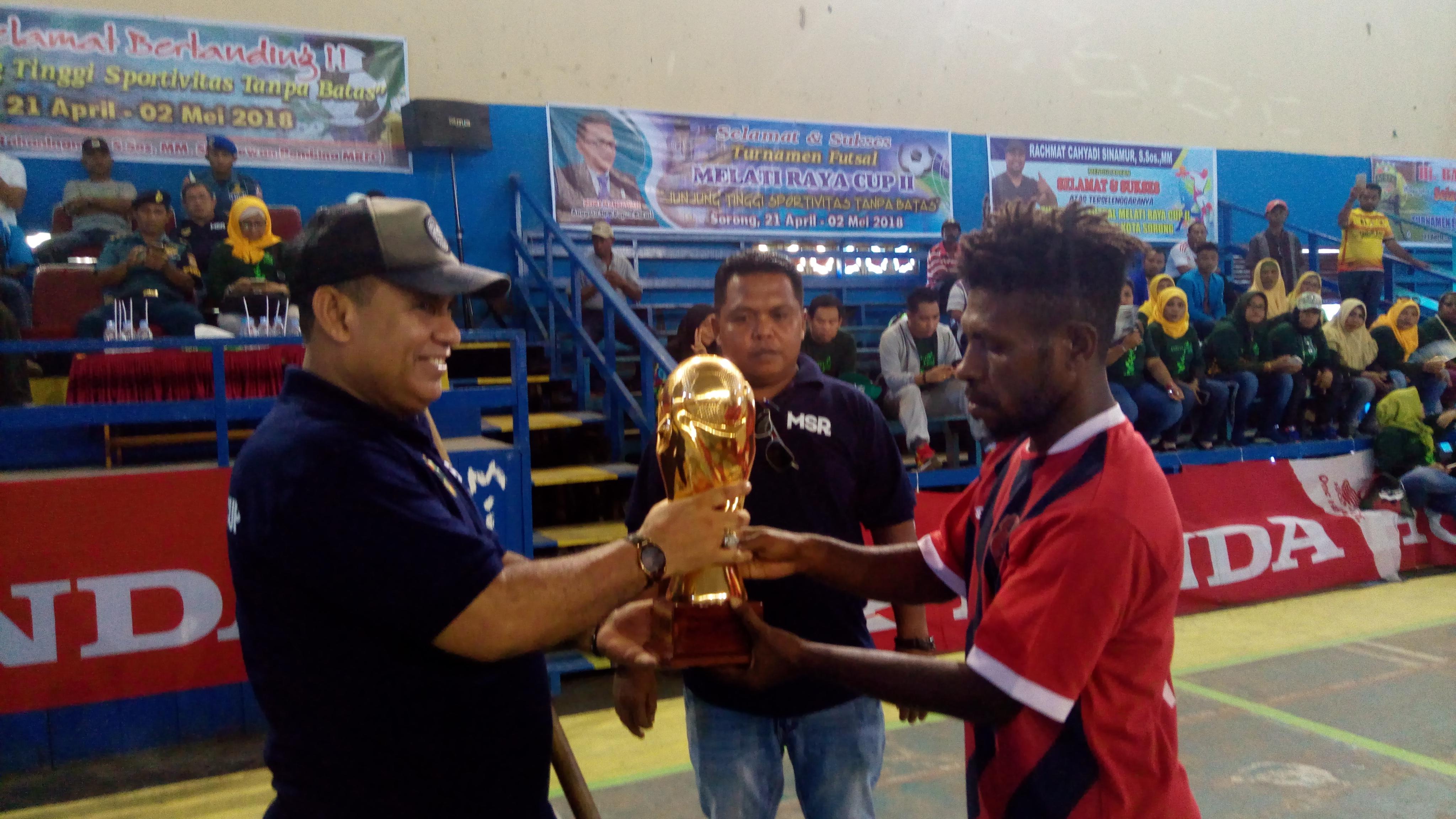 Anggota DPR-PB, M.Sanusi Rahaningmas,S.Sos menerima piala bergilir dari tim juara bertahan turnamen futsal Melati Raya Cup (21/4/2018)