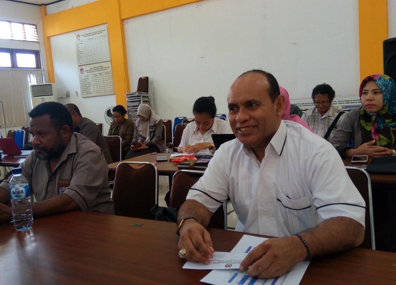 Bacalon DPD-RI dapil Papua Barat, M.Sanusi Rahaningmas,S.Sos saat mengikuti Sosialisasi aplikasi SIPPP dan penyerahan syarat dukung DPD-RI di aula KPU-PB, Rabu (4/4/2018)