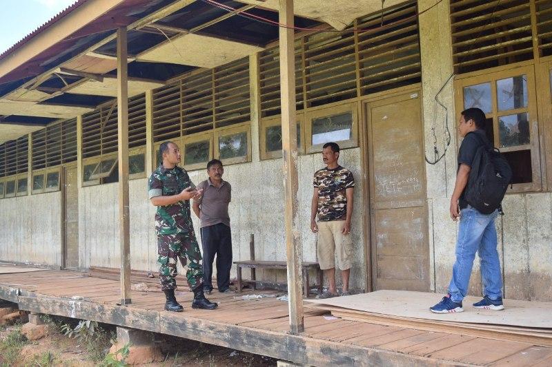 Dansatgas TMMD ke 101, Letkol Inf Andar Dodianto Panggabean mengunjungi SD Kampung Sailala, Distrik Sayosa yang akan direnofasi