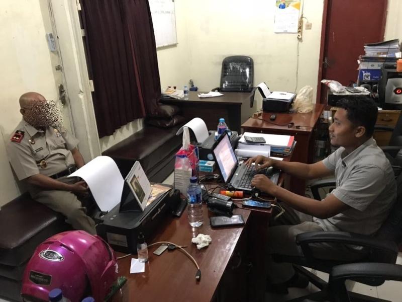 Tersangka RN saat dimintai keterangan oleh penyidik Saber Pungli Satreskrim Polres Sorong Kota,Selasa (03/4/2018)