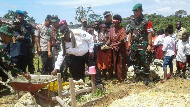 Bupati Sorong, Dr Jhony Kamuru saat melakukan peletakkan Batu Pertama dimulainya Program TMMD ke 101 di Kampung Sailala, Distrik Sayosa Timur, Kabupaten Sorong.