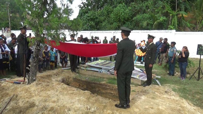 Prosesi pemakaman Pratu Vicky Irad Uba Rumpaisum di Taman Makam Pahlawan (TMP) Kota Sorong
