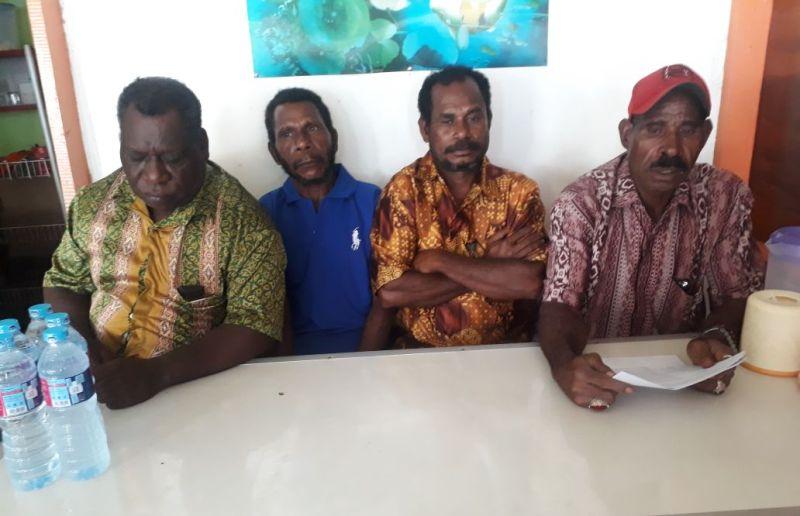 Keluarga Roberth Sawat Samanas, pemilik hak ulayat di Distrik Moi Sigin, Kabupaten Sorong