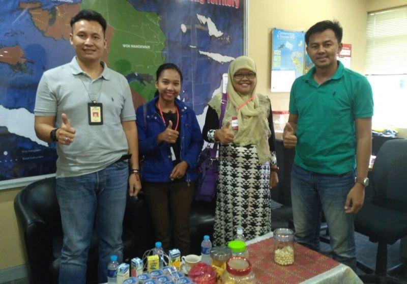 Olha I Mulalinda, ketua FJPI PB (jilbab) dan Elswita S Manurung (biru) bersama Supervisor Broadband dan Digital Sales Branch Sorong, Budi Prasetyo berpose bersama di kantor GraPARI Sorong