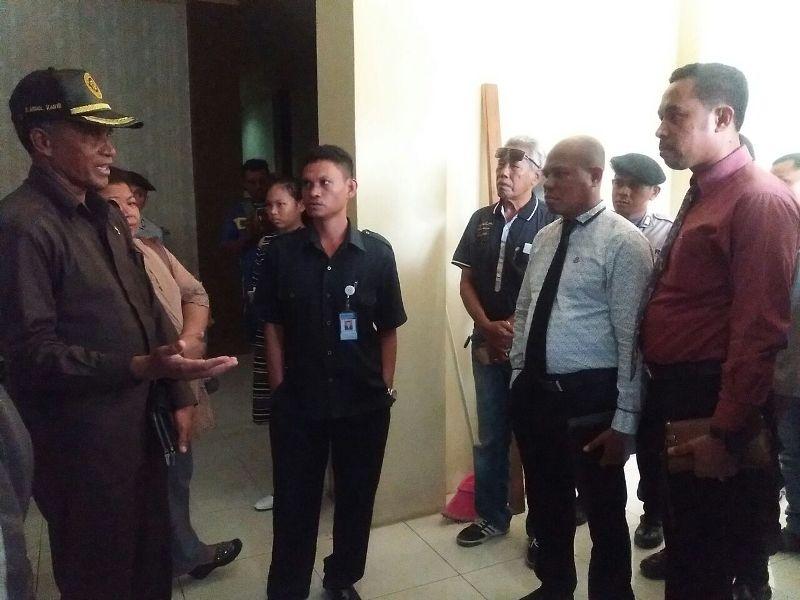 Abdul Kadir Rumodar, Panitera Pengadilan Negeri Sorong menjelakan proses eksekusi kepada kuasa hukum hotel handayani