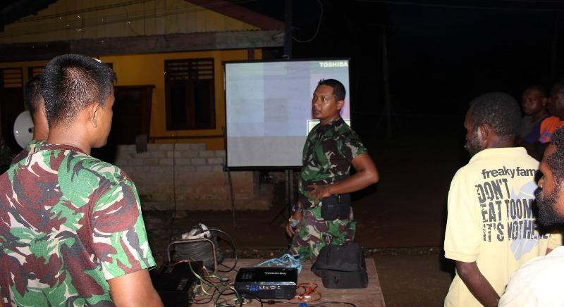 Proses pemutaran film perjuangan bersama TNI dan Masyarakat Kampung Sailala