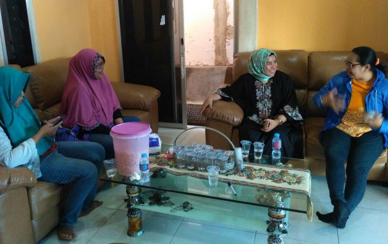 Olha I Mulalinda, Ketua FJPI PB (jilbab merah muda) bersama pengurusnya bersilaturahmi di rumah Nurhaya Umar (jilbab batik hijau)
