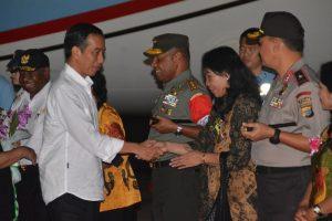 Presiden RI saat berjabat tangan dengan Kapolda PB bersama Istri