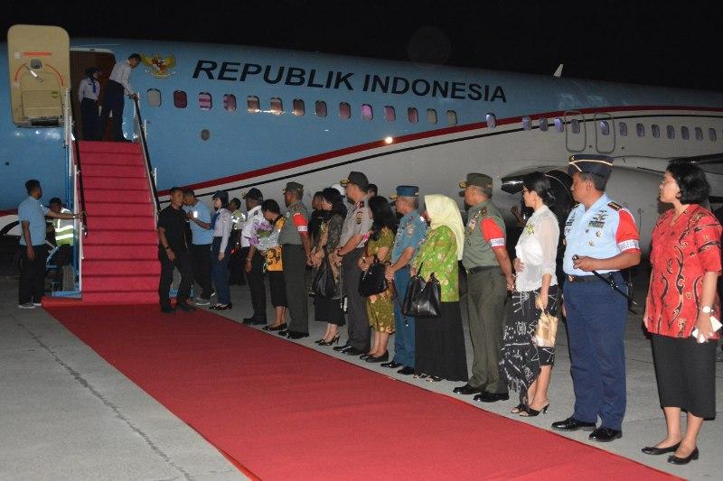 Gubernur PB, Dominggus Mandacan bersama Kapolda PB dan Pangdam Kasuari menunggu kedatangan Presiden bersama ibu negara dari pesawat