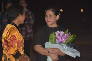 Istri Gubernur PB memberikan Bunga Mawar Papua kepada Ibu Negara