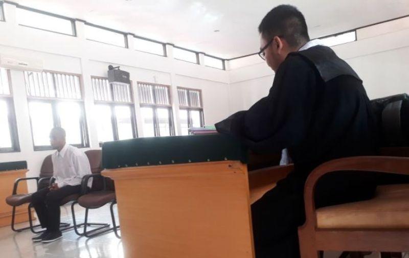 Terdakwa AT saat mendengarkan bacaan tuntutan Jaksa di Pengadilan Negeri kelas Ib Sorong