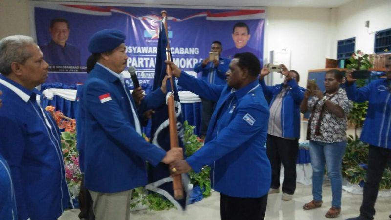 Penyerahan Bendera Petaka oleh Purnawirawan Pramono Eddy Wibowo, Ketua Badan POKK DPP Demokrat kepada Ketua DPC Partai Demokrat Maybrat, Karel Murafer