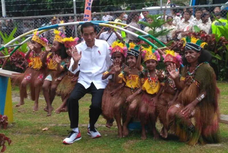 Presiden RI, Ir. Jokowidodo foto bersama murid TK Thereisa di Taman Bermain