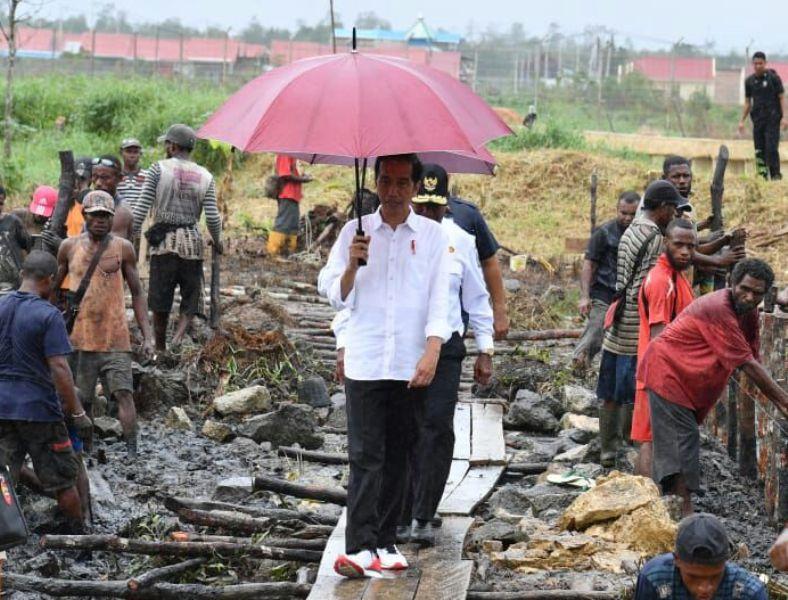 Presiden Jokowi saat meninjau lokasi di Kompleks Victrory Pante