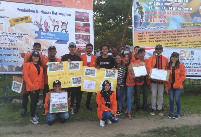 Para Mahasiswa Politeknik Katolik St Paul Sorong yang melakukan penggalangan dana untuk membantu Riky Roland Kalasuat