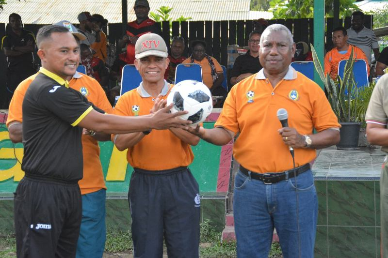 Drs. Dominggus Mandacan, Gubernur PB saat membuka kegiatan Tournament Yohan Cup ke-9