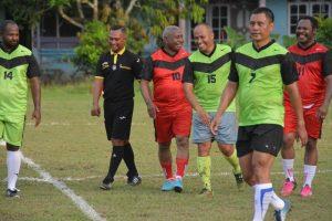 Tampak Drs, Dominggus Mandacan, Gubernur PB (costum merah) mengikuti pertandingan perdana pada Tournament Yohan Cup ke-9