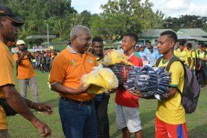 Gubernur PB memberikan bantuan costum sepakbola kepada para pemain
